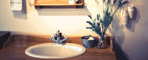 洗面所でうがいをする